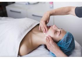 一名在美容院接受面部护理的女孩_4724485