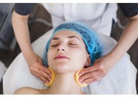一名在美容院接受面部护理的女孩_4724487