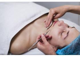 一名在美容院接受面部护理的女孩_4724490