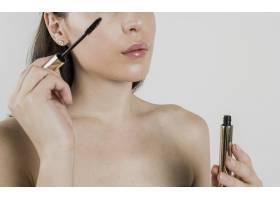 一名女子在工作室涂睫毛膏_5823382