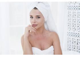 一名女子在水疗中心穿着浴袍摆姿势_4837864