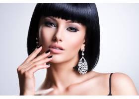 美丽的深色头发女人涂着黑色指甲和时髦的_11577631