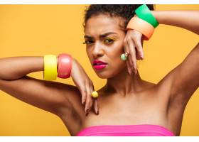 美丽的非裔美国妇女的美丽肖像手上戴着五_6729942