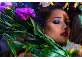 美丽的黑发女孩浓妆艳抹躺在肚子里_7515743