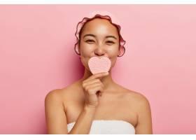 美丽而满意的韩国女性手持心形海绵洗脸_11934024