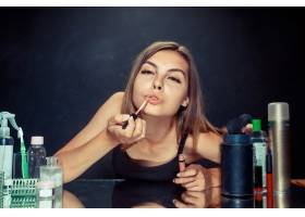 美女化妆美丽的女孩照镜子用刷子涂抹化_12495071