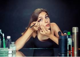 美女化妆美丽的女孩照镜子用刷子涂抹化_7401722