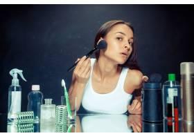 美女化妆美丽的女孩照镜子用大刷子涂化_12630109