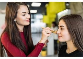 美女大师在美容院为美女模特自然化妆_9187673