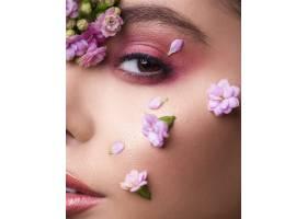 脸上带着鲜花的女模特_7412646