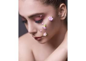 脸上带着鲜花的女模特_7412647