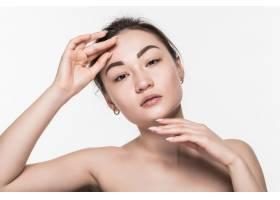 隔离在白墙上的亚洲美女护肤品_8472474