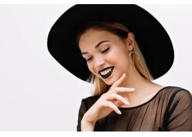面带微笑的迷人女子肖像涂着黑色口红戴_12695543