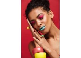 面带微笑的非洲裔美国妇女化妆鲜艳头顶_6729983