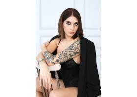 身穿黑色内衣身上有玫瑰色纹身的女子_8909319
