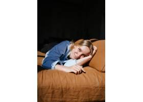 躺在床上的美丽的年轻女子_8069557