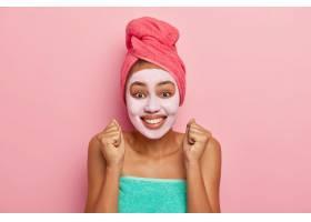 过度情绪化的女人使面部皮肤柔软举起紧握_12837335