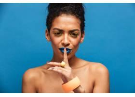 迷人的非洲裔美国妇女化妆和配饰五颜六色_6729885