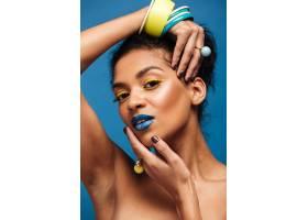 迷人的非洲裔美国年轻女子的美丽肖像手上_6729908