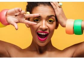 顽皮的混血儿妇女的特写肖像黄眼皮粉色_6729950