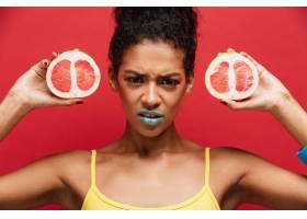 食物眉头紧锁的非洲裔美国妇女化妆时髦_6729997