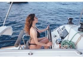 驾驶游艇的年轻漂亮女子_7528748