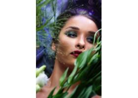 鲜花间妆容鲜艳的时尚美女_7515716