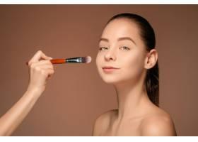 漂亮的女性眼睛带着化妆和刷子_6755833