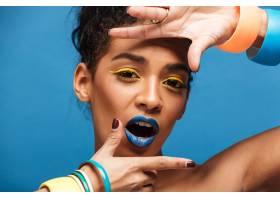 时尚可爱的女人肖像五颜六色的妆容卷曲_6729901