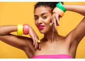 漂亮的非洲裔美国女性的时尚肖像涂着鲜艳_6729943