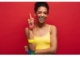 时尚欢快的非裔美国女模特穿着黄色衬衫微笑_6729990