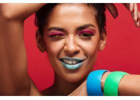 特写微笑的非洲裔美国妇女化着时髦的妆_6729980