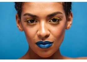 特写时尚华丽的混血女子脸上戴着五颜六色_6729892