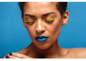 特写时尚轻松的混血女子脸上戴着五颜六色_6729891