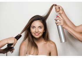 用手给年轻漂亮的女人做发型_7590486