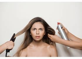 用手给年轻漂亮的女人做发型_7590488