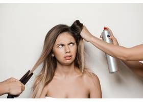 用手给年轻漂亮的女人做发型_7590490