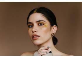有着时髦金色妆容的迷人女孩黑发热情女士_12608250