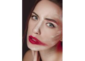 画着彩色脸部的时装模特女孩_8668222