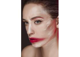 画着彩色脸部的时装模特女孩_8668238