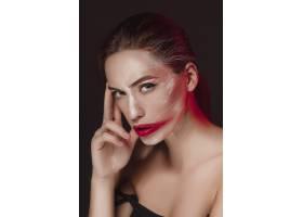 画着彩色脸部的时装模特女孩美容时尚艺术_8452175