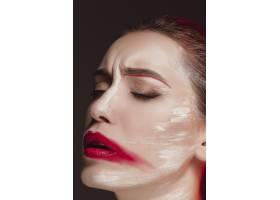 画着彩色脸部的时装模特女孩美容时尚艺术_8452178
