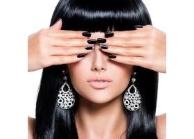 留着黑色指甲的黑发美女_11577607