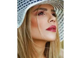 每天化妆涂玫瑰色口红的女性_7608788
