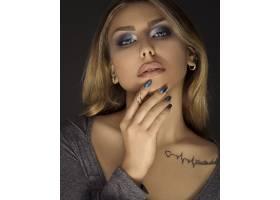 每天化妆的金发女子_7608776