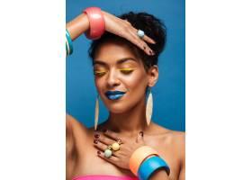 穿着五颜六色化妆品的垂直美丽的美国黑人妇_6729924