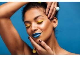 穿着五颜六色化妆品的放松的美国黑人妇女的_6729909