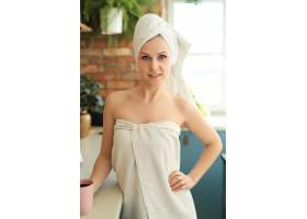 洗澡后厨房里的女人用毛巾盖着身体_8424430