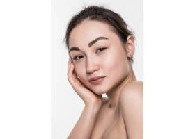 美丽的亚洲女子洁白清新的皮肤隔绝在白色_8472440