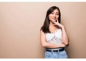 美丽的亚洲年轻女子被隔离在米色墙上_8472158